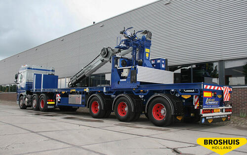 Broshuis trailer with movable folding cranes